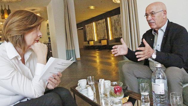 Conny Bischofberger im Gespräch mit Otto Retzer (Bild: Kronen Zeitung)