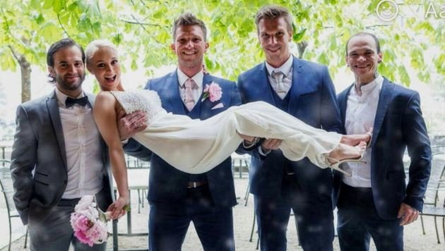 Das Hochzeitspaar Melanie und Pascal Ortner (M.) mit Trauzeugen und Schwager. (Bild: Ortner)