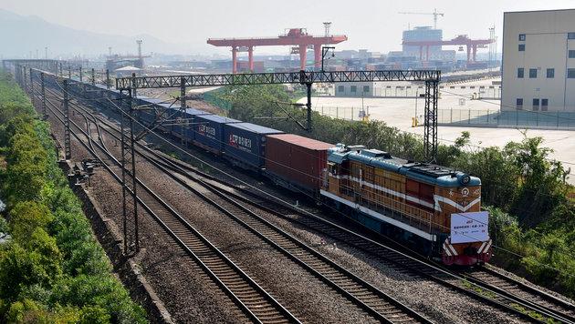 Nach 12.000 Kilometern Fahrt läuft der Güterzug im Hafen von Yiwu ein. (Bild: AFP)