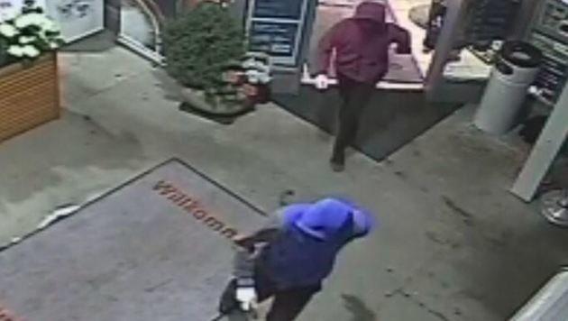 Im Bild: Räuber beim Verlassen des Verkaufsraums. (Bild: Polizei)