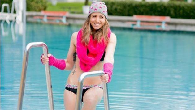 Vanessa wagte sich zunächst nur mit einem ganz speziellen Badeoutfit für die â01EKroneâ01C in das Becken. (Bild: WildBild)