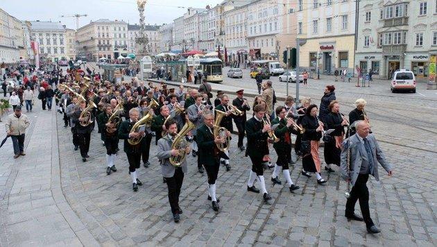 Der Festzug der fünf Musikkapellen startete am Linzer Hauptplatz. (Bild: Horst Einöder)