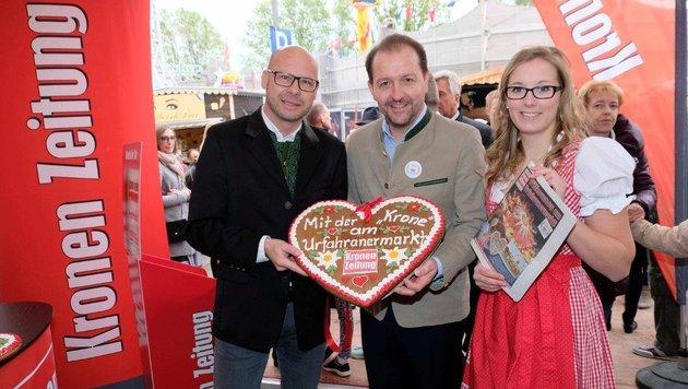 """Andi Schwantner (""""OÖ-Krone"""") bekam im Medienzelt Besuch von Marktreferent Bernhard Baier (Mitte). (Bild: Horst Einöder)"""