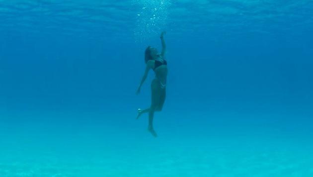 Surf-Schönheit Alana Blanchard macht auch unter Wasser eine gute Figur. (Bild: instagram.com)