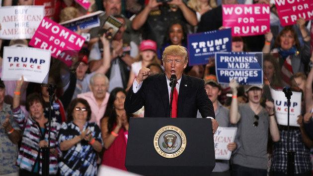 Ein Bild wie aus dem Wahlkampf: Anhänger feiern in Harrisburg Donald Trump. (Bild: AFP/GETTY IMAGES)