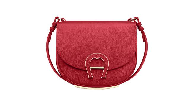 Rote Tasche mit Golddetails (Bild: Aigner)