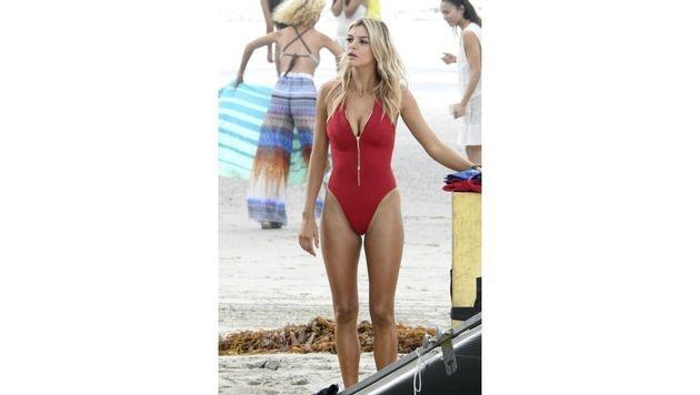 """Kelly Rohrbach in ihrem roten Badeanzug am Set von """"Baywatch"""" (Bild: News Pictures/face to face)"""