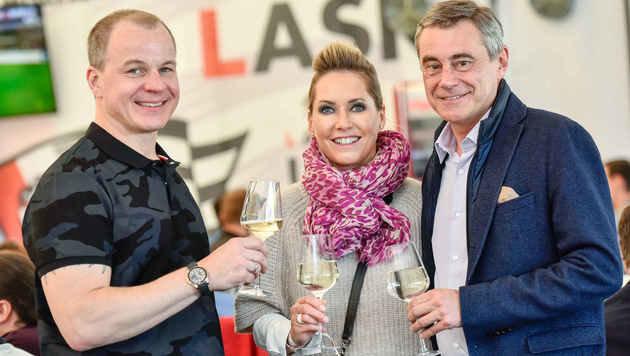 LASK-Präsident Gruber stieß mit Heinrich Schaller und dessen Partnerin Claudia Steinecker  an. (Bild: Markus Wenzel)