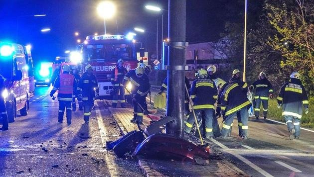 Die Feuerwehrmänner am Unfallort (Bild: Einsatzdoku - Lechner)