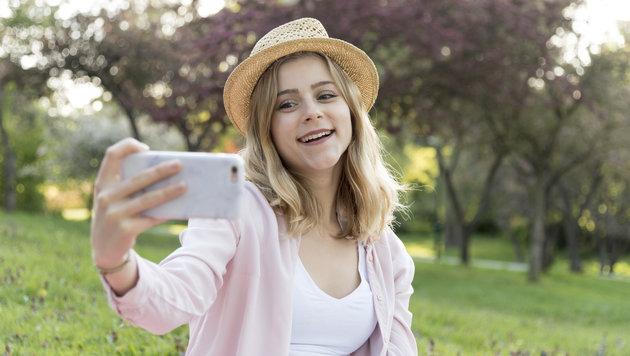 Das Smartphone ist samt Keimen überall mit dabei - wir berühren es 150 Mal am Tag (Bild: Malena Brenek)