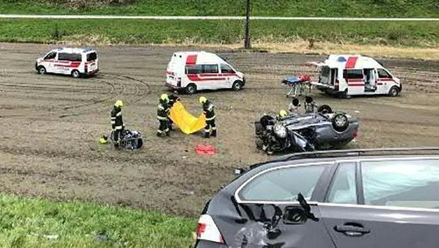 Die Feuerwehr im Einsatz bei dem Unfall in der Steiermark (Bild: APA/FF ROTTENMANN)