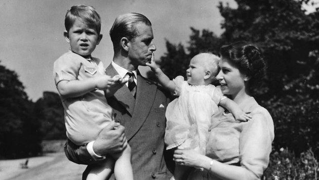Prinz Philip 1951 mit der damaligen Prinzessin Elizabeth und den Kindern Charles und Anne. (Bild: Copyright 2017 The Associated Press. All rights reserved.)