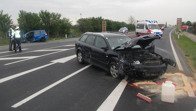 Autos frontal kollidiert: Sieben Menschen verletzt (Bild: APA/PRESSETEAM DER FEUERWEHR WR. NEUSTADT)