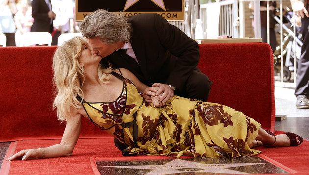 """Goldie Hawn und Kurt Russell küssen sich am """"Walk of Fame"""". (Bild: AP)"""