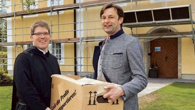 VP-Bürgermeister Johann Schnitzhofer (re.) mit Pater Virgil Steindlmüller von St. Peter. (Bild: Neumayr/Leo)