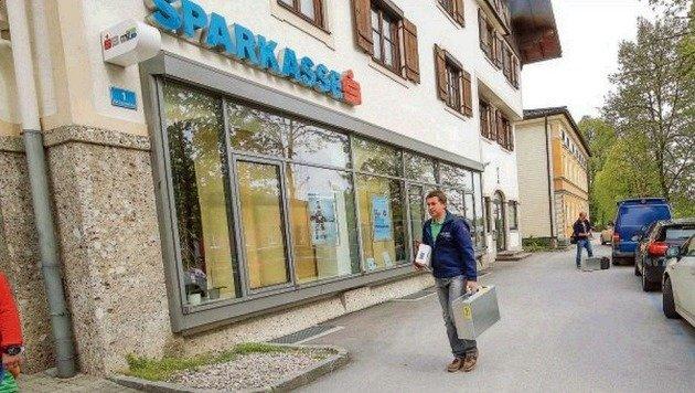Die Spurensicherer vor der Sparkasse. Eine Angestellte konnte den Fluchtwagen beschreiben. (Bild: Markus Tschepp)