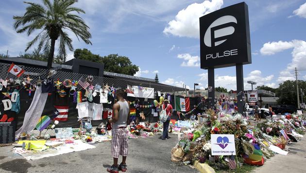 Zahlreiche Trauernde legten am Ort des Orlando-Massakers Blumen nieder. (Bild: The Associated Press)