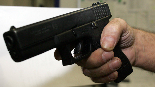 Der Schuss löste sich aus der Standard-Pistole der Polizei, der Glock 17. (Bild: Andi Schiel)