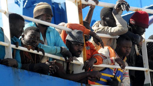Im Mittelmeer gerettete Flüchtlinge warten auf einem Schiff vor Palermo, bis sie an Land dürfen. (Bild: AFP)