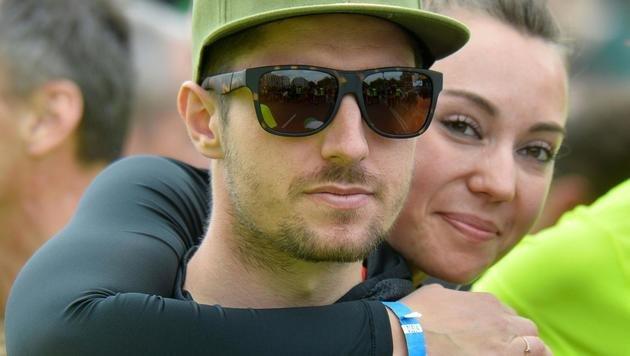 Marcel Hirscher mit Freundin Laura (Bild: APA/HERBERT PFARRHOFER)
