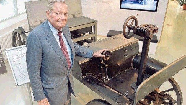 Ing. Pïech mit einem anderen Gustostück des fahr(t)raums: Der Replika des Marcus-Wagens von 1888. (Bild: Wolfgang Weber)