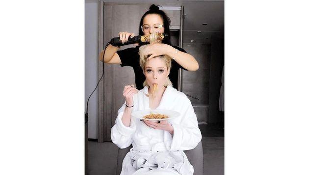 Während Coco Rocha gestylt wird, stärkt sich das Model mit Spaghetti. (Bild: Viennareport)