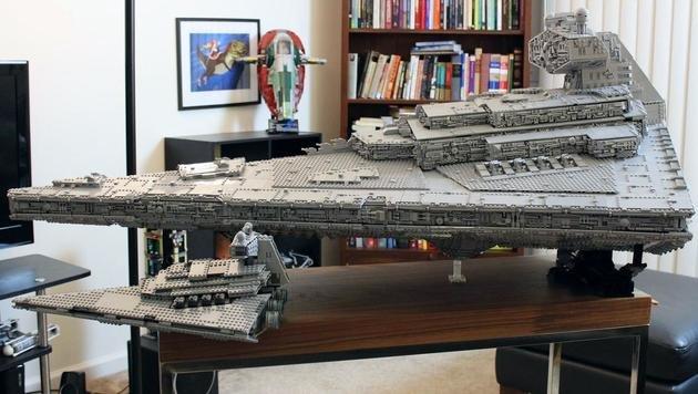 Das LEGO-Original im Vordergrund sieht im Vergleich zum Nachbau ganz schön klein aus. (Bild: imgur.com/doomhandle)