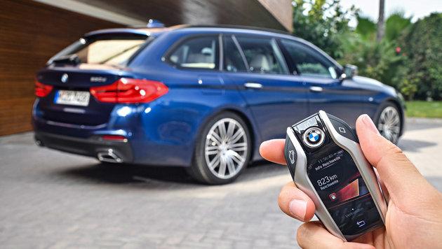 Gegen Aufpreis kann man den 5er von außen starten und vorwärts/rückwärts fahren lassen. (Bild: BMW)