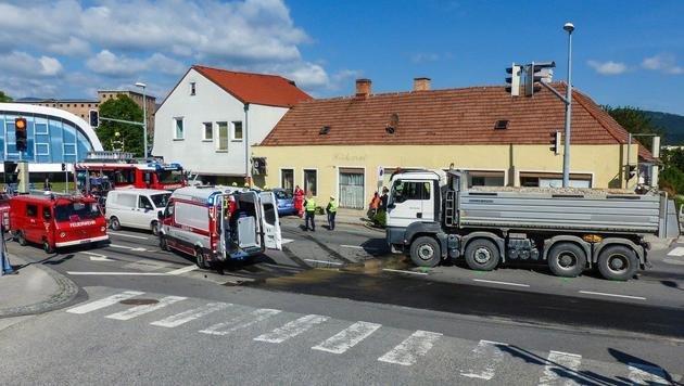 Pkw kollidiert mit Lkw: Seniorin schwer verletzt (Bild: Einsatzdoku - Lechner)