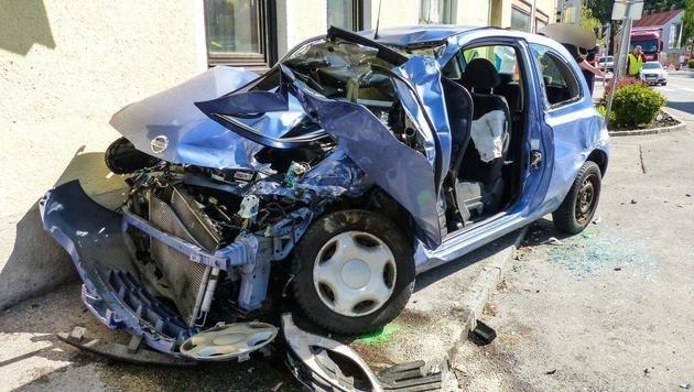 Das völlig deformierte Unfallfahrzeug (Bild: Einsatzdoku - Lechner)