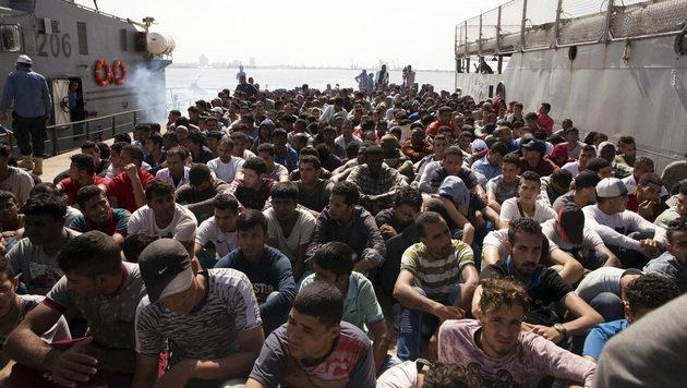 Beinahe-Kollision von Marine und Asylhelfern (Bild: ASSOCIATED PRESS)