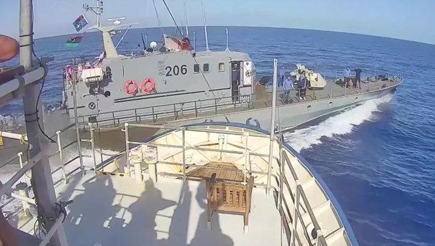 Beinahe-Kollision von Marine und Asylhelfern (Bild: facebook.com)