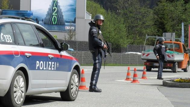 Polizisten sichern den Ortskern. (Bild: APA/ZOOM.TIROL)