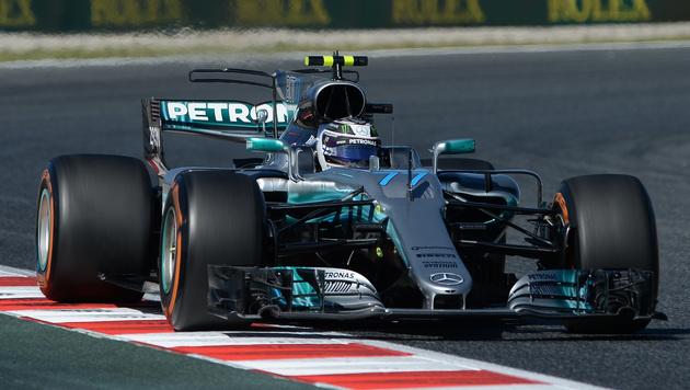 Mercedes-Duo dominiert im Barcelona-Training (Bild: AFP)