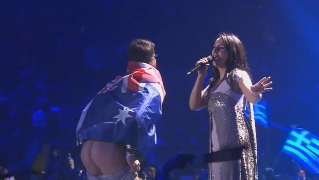 Ein Nacktflitzer enterte beim Song Contest die Bühne. (Bild: YouTube.com)