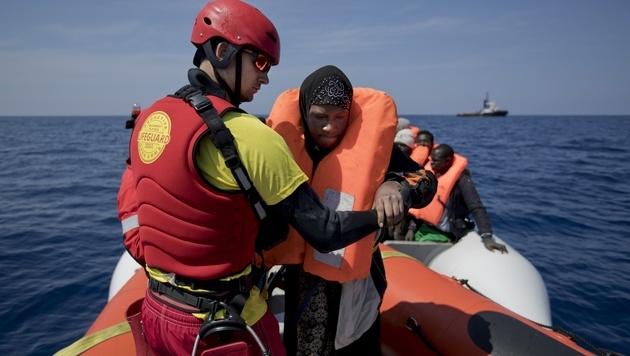 Schlauchboot-Migranten rufen NGOs wie