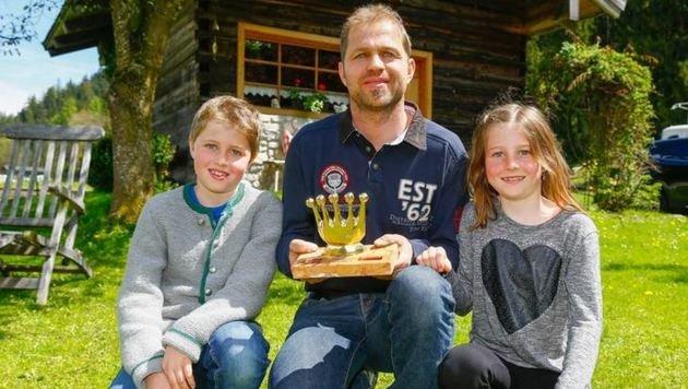 """Für Einsatz erhält Lebensretter Andreas Kaml hier mit Sebastian und Magdalena die â01EGoldene Krone"""" (Bild: Gerhard Schiel)"""