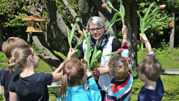 Simone Winkler mit ihren fünf Schützlingen im Kinderdorf Altmünster (Bild: Marion Hörmandinger)
