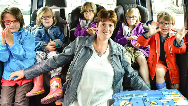 Sonja Radler mit ihren fünf Kindern (Bild: Markus Wenzel)