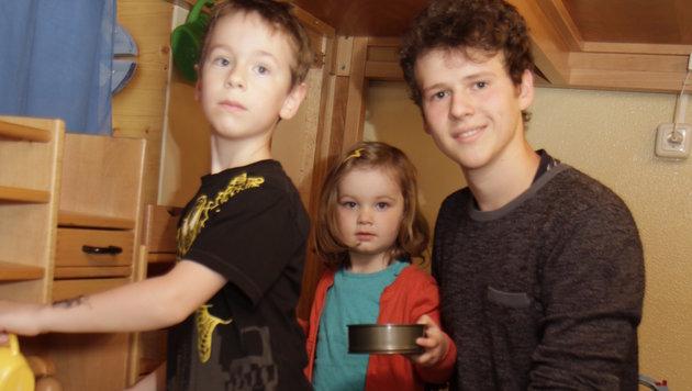 Kindergarten-Zivi Maximilian Zettler mit Fabio und Eleni in der Puppenküche (Bild: Markus Schütz)