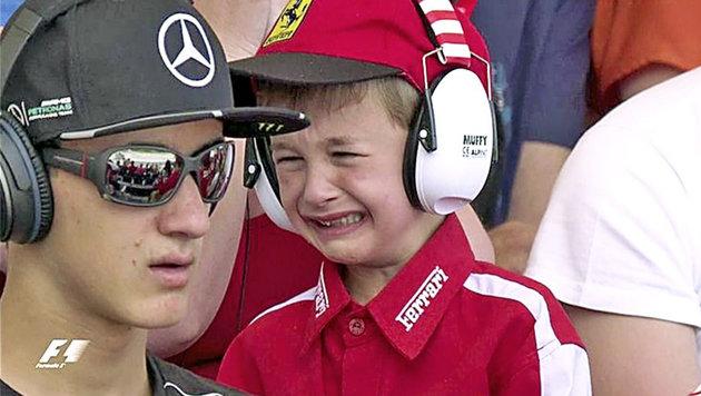 Rührend! Kimi tröstet nach Crash weinenden Fan (Bild: SKY)