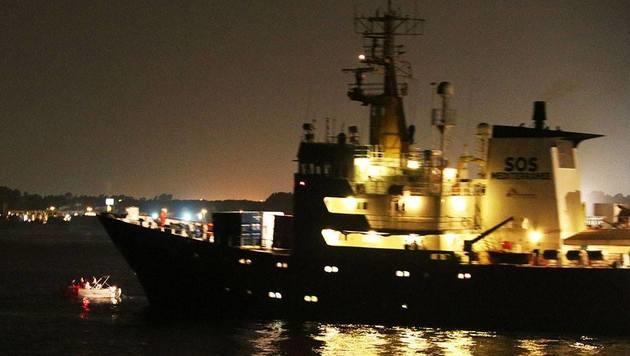 """Identitäre an Bord eines kleinen Bootes stellten sich dem Hilfsschiff """"Aquarius"""" in die Quere. (Bild: facebook.com)"""