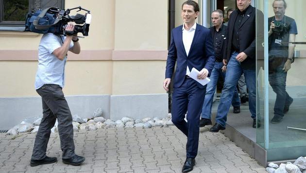 Mit einem Lächeln im Gesicht: Der neue ÖVP-Chef Sebastian Kurz nach einer Pressekonferenz (Bild: APA/HERBERT NEUBAUER)