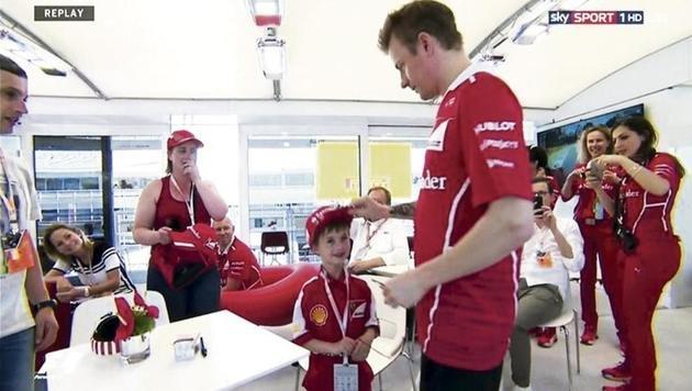 Rührend! Kimi tröstet nach Crash weinenden Fan (Bild: SKY DE)