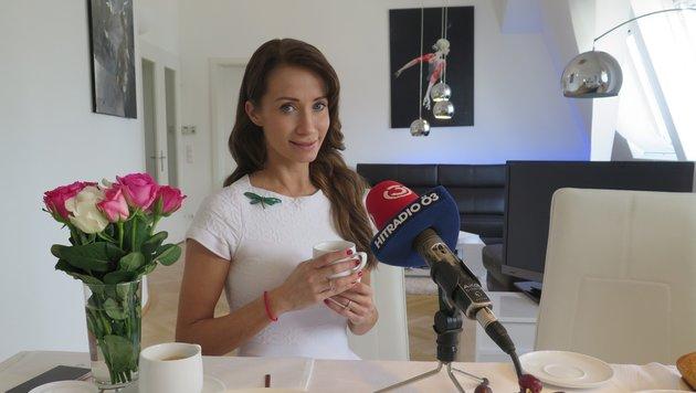 """Dancing Stars""-Jurorin Karina Sarkissova zu Gast bei Claudia Stöckl in Ö3-""Frühstück bei mir"" (Bild: Hitradio Ö3)"