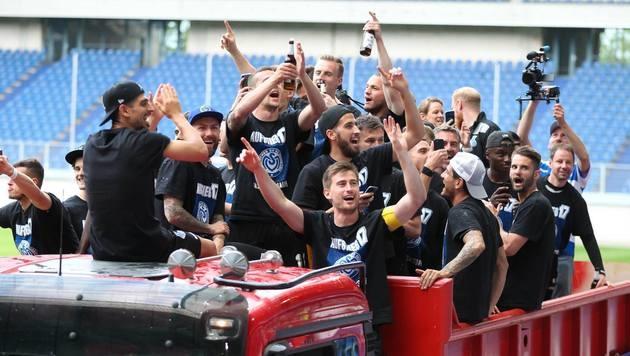 Feiernde Duisburg-Spieler auf Raststätte vergessen (Bild: facebook.com/MSV Duisburg)