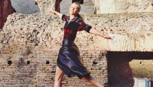 Elegant! Tennis-Ass Maria Scharapowa tanzt vor dem Kolosseum in Rom. (Bild: Instagram)