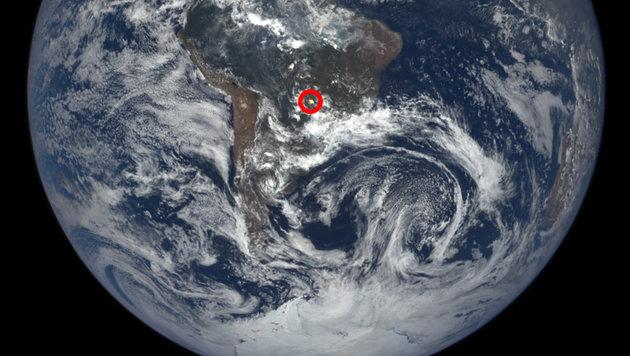 Einer der von EPIC fotografierten Lichtblitze (rot markiert) (Bild: NASA's Goddard Space Flight Center/Katy Mersmann)