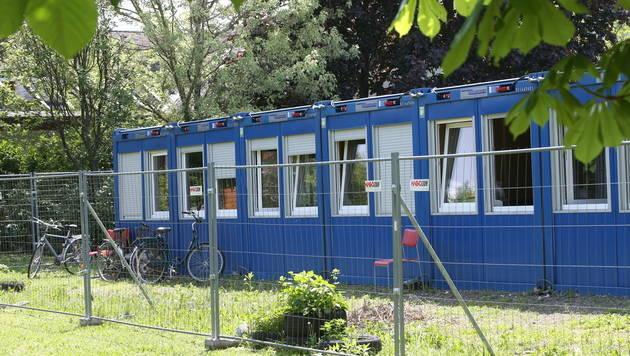 In einer Container-Flüchtlingsunterkunft nahe dem Tatort wurde der Verdächtige verhaftet. (Bild: Peter Tomschi)