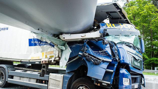 Windradflügel durchbohrt Führerhaus von Lkw (Bild: APA/dpa/Christian Mathiesen)